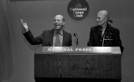 Michael Ratner en el Club Nacional de Prensa de EEUU junto a la actriz y activista Vanessa Redgave.
